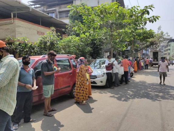 शासन मान्यताप्राप्त स्वस्त धान्य दुकानात मोफत तांदळासाठी तोबा गर्दी