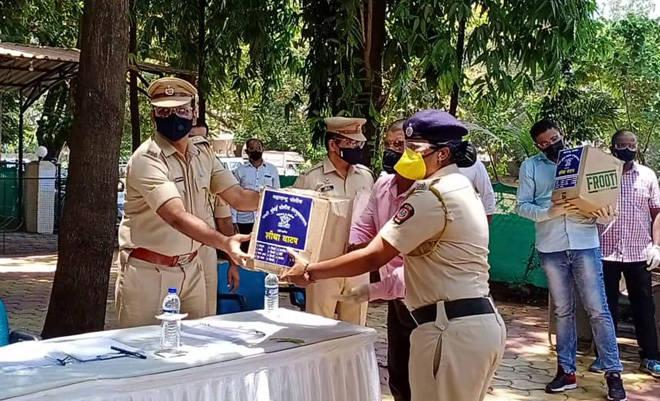 नवी मुंबई पोलीस आयुक्तांनी लोकसहभागातून पोलिसांसाठी गोळा केल्या जीवनावश्यक वस्तू, आज केले वाटप