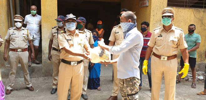 पोलिसांनी लोकसहभागातून गोळा केले धान्य, ३०० मजुरांंना दिला मदतीचा हात