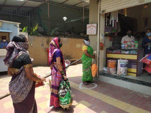 नवराष्ट्रच्या बातमीमुळे टळली विक्रोळीच्या रेशनिंग दुकानावरील गर्दी
