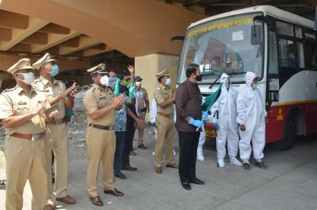 गृहमंत्री अनिल देशमुख यांनी कामगारांना घेऊन जाणाऱ्या बसला दाखविला हिरवा झेंडा