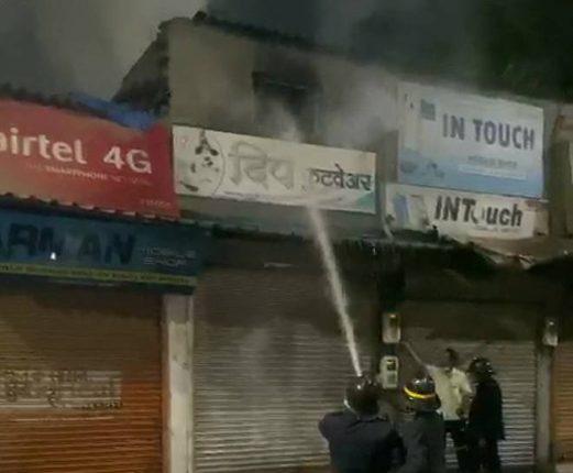 भिवंडीत चप्पलच्या दुकानाला भीषण आग