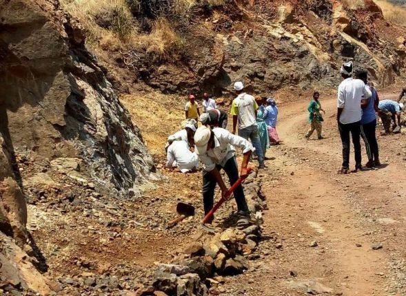 आपटी गावच्या ग्रामस्थांनी श्रमदानातून केली रस्त्याची डागडुजी