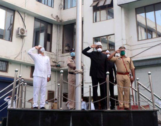 सोशल डिस्टन्सिंगचे पालन करत पालघरचे पालकमंत्री दादाजी भुसेंच्या हस्ते जिल्हाधिकारी कार्यालयात ध्वजारोहण