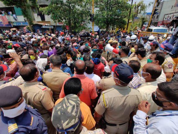 कोल्हापुरात परप्रांतीय मजुरांची गर्दी – घरी जाण्यासाठी होतेय धडपड, पर्याय न मिळालेल्यांची पायपीट सुरु