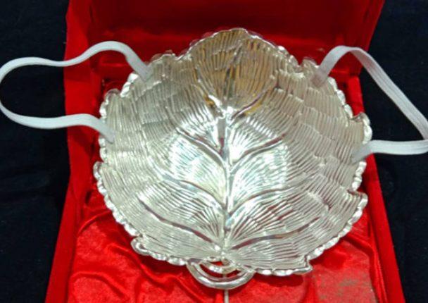 कोरोनाच्या पार्श्वभुमीवर कोल्हापुरच्या सराफाने नवरा- नवरीसाठी बनविले चक्क चांदीचे मास्क
