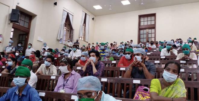 के.ई.एम. रुग्णालयातील कर्मचाऱ्यांच्या प्रशासनाच्या विरोधातील आंदोलनाने रुग्णसेवा कोलमडली, मागण्या मान्य झाल्यावर आंदोलन मागे