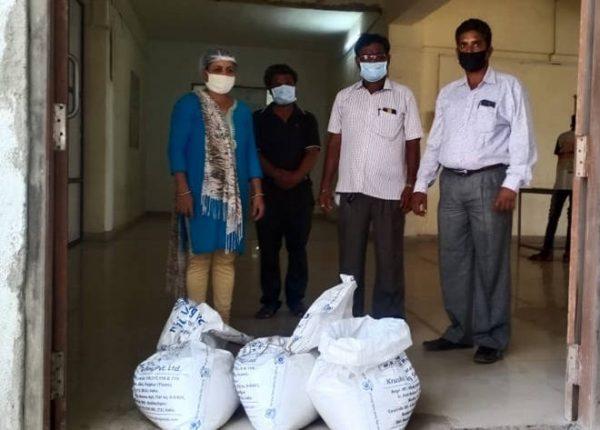 प्रयोगशील शेतकऱ्याने रोगप्रतिकार शक्ती वाढविण्यासाठीच्या प्रयोगासाठी दिले तांदूळ मोफत