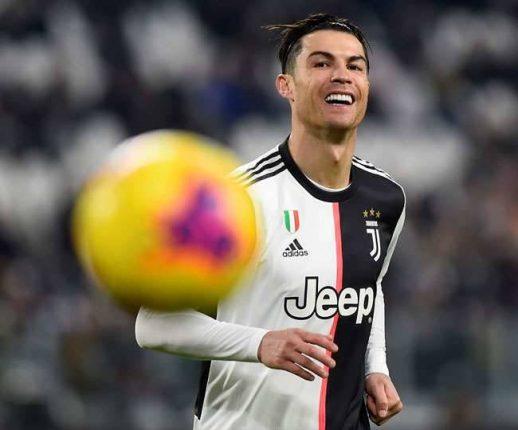 फुटबॉलचा 'बादशाहा'ही कोरोनाच्या विळख्यात ;क्रिस्टियानो रोनाल्डो पॉझिटिव्ह