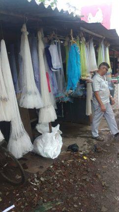 कोलाड बाजारपेठेत मासे पकडण्याच्या जाळ्याना मोठी मागणी
