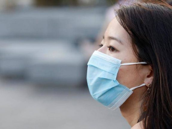 मास्क लावल्यानंतरही होतोय कोरोनाचा प्रसार, ही चूक पडतेय महागात; संशोधकांचा दावा