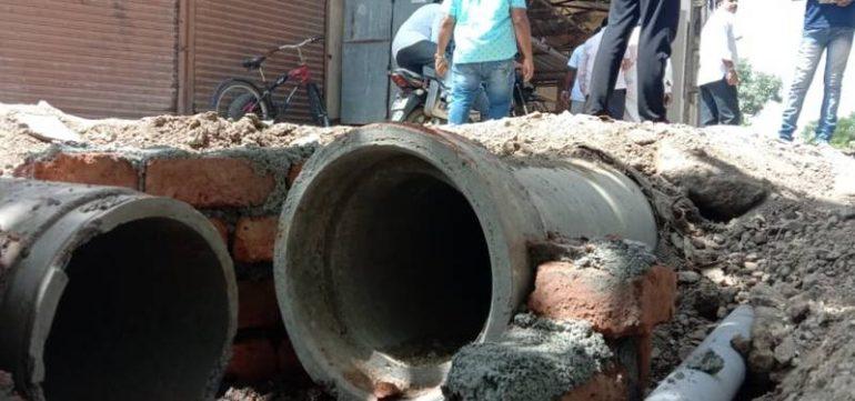 पाटस येथील भूमिगत गटाराचे काम नियमबाह्य ; ठेकेदारावर कारवाईची मागणी