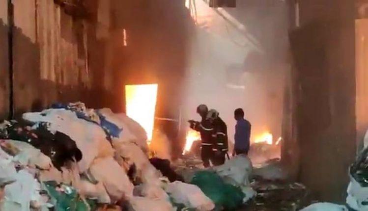 मानखुर्दमध्ये स्क्रॅब असोसिएशनमधील एका भंगारच्या गोदामाला भीषण आग