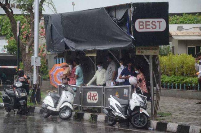 अचानक आलेल्या पावसात मुंबईकरांनी घेतला बस स्टॉपचा आसरा