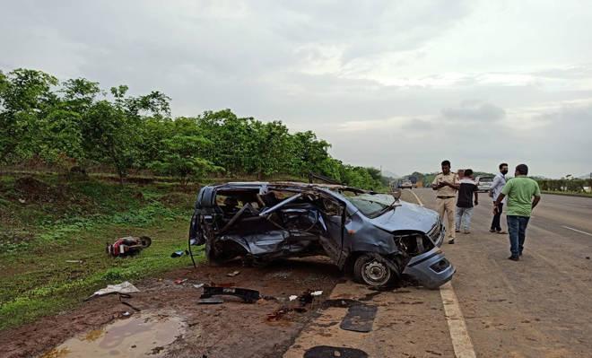 मुंबई – अहमदाबाद राष्ट्रीय महामार्गावर दापचरी इथे कारचा भीषण अपघात – ५ जणांचा जागीच मृत्यू