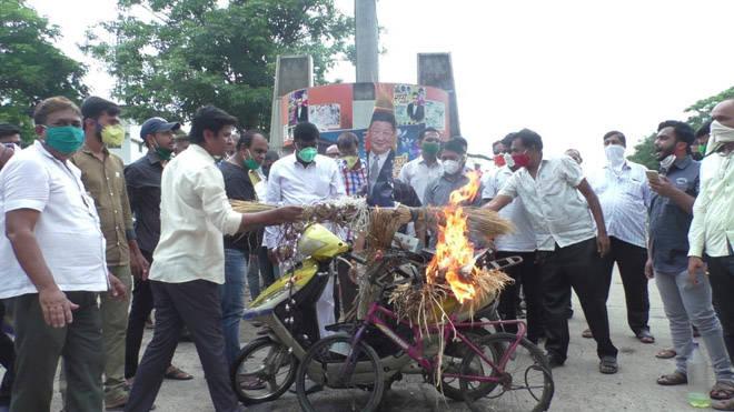 भिवंडीत चिनी वस्तूंची होळी – दुचाकी, सायकल जाळून केला निषेध