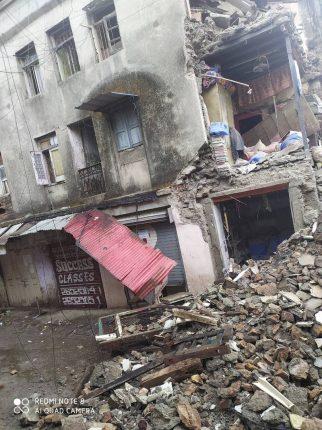 मुसळधार पावसामुळे कुर्ल्यातील जुन्या इमारतीचा काही भाग कोसळला