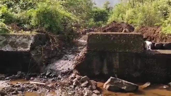 रस्त्याच्या कामासाठी ठेकेदाराने शासनाचा बंधारा केला जमीनदोस्त –  दहा लाख रुपये पाण्यात, प्रहार संघटनेची तक्रार