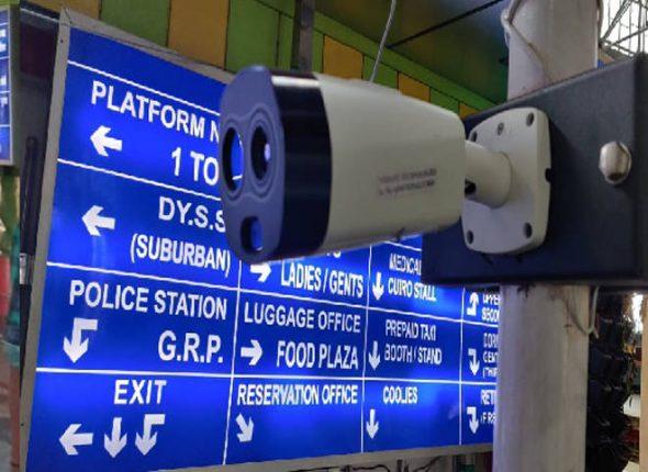 रेल्वे स्थानकांवर विनास्पर्श प्रवेशासाठी इन्फ्रारेड कॅमेरा आधारित तापमान देखरेख प्रणाली