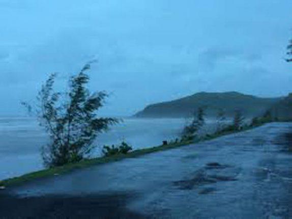 श्रीवर्धन तालुक्यात पावसाची संततधार- मोसमी पावसाला सुरुवात, समुद्रदेखील खवळलेला