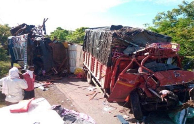 दोन ट्रक आमोरासमोर धडकले ; एक ठार