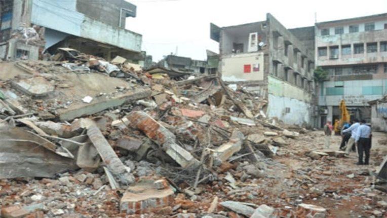 तीन मजली इमारत कोसळली