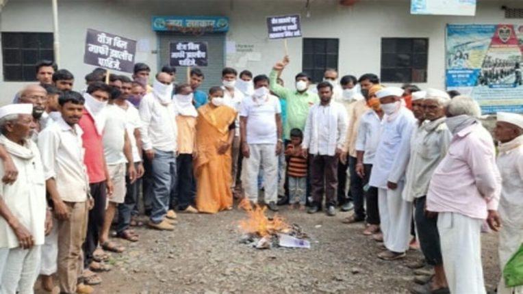 भाजपा कार्यकर्त्यांनी पेटवली वीजबिले
