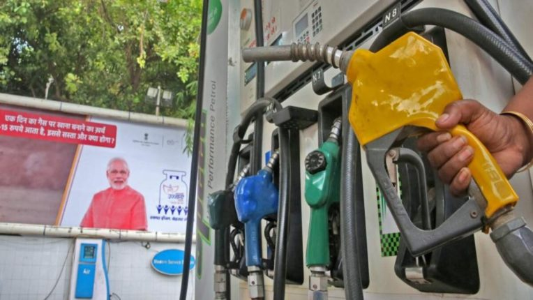 स्वस्तात देणार त्याच्याकडूनच इंधन खरेदी करणार – केंद्रीय पेट्रोलियम मंत्र्यांची भूमिका