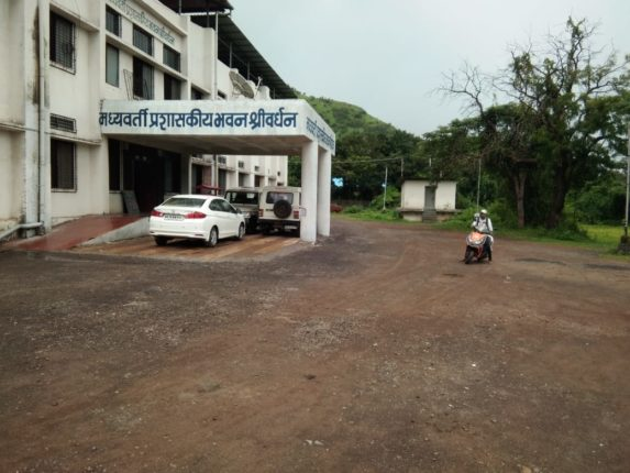 थेंबे थेंबे तळे साचे  ; तहसील , प्रांत कार्यालयाची इमारत पूर्ण गळकी