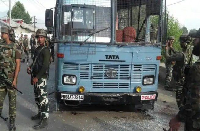 दहशतवाद्यांचा पोलीसांच्या ताफ्यावर हल्ला, २ पोलीस शहीद