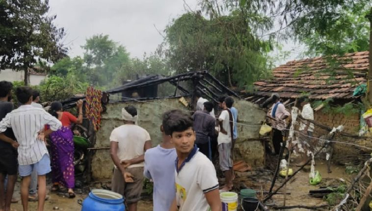 सिलेंडरचा झाला स्फोट, भर पावसात कुटुंब रस्त्यावर