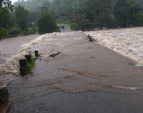 चतुरबेटचा पुल सलग ३ दिवस पाण्याखाली, प्रवाहाने पुलावरील रस्ता गेला वाहून