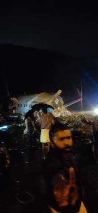 केरळच्या कोझिकोड विमानतळावर एअर इंडियाचं विमान कोसळलं ; वैमानिकासह १४ जण ठार