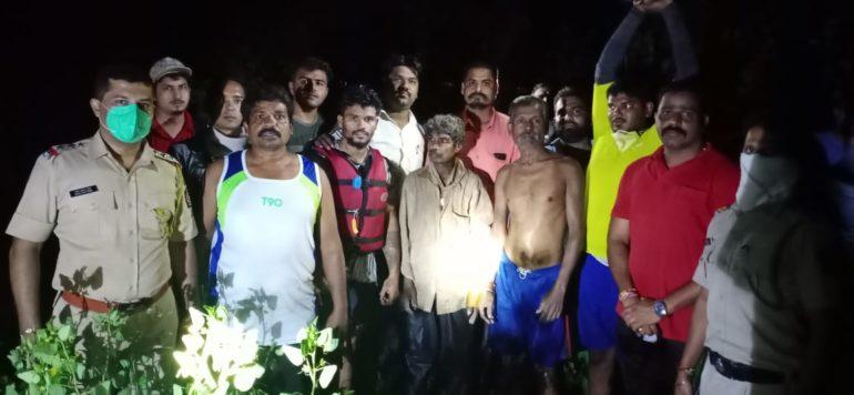 पोलादपूर  येथे  नदीच्या पात्रात अडकलेल्या तीन व्यक्तींना वाचविण्यात यश