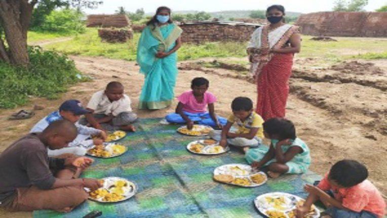 जागतिक आदिवासी दिनी भिल्लसमाजातील मुलांना भोजनाचाआस्वाद