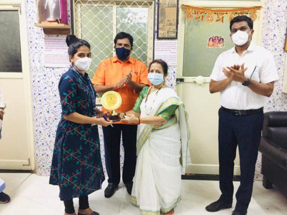 डॉ. सुविधा पाटील यांचा  मुंबईच्या महापौरांच्या हस्ते कोरोना योद्धा पुरस्काराने सन्मान