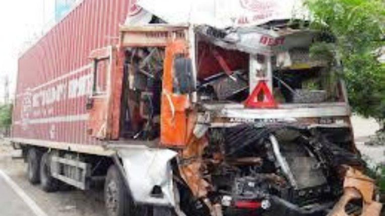 दोन ट्रक एकमेकांवर धडकले