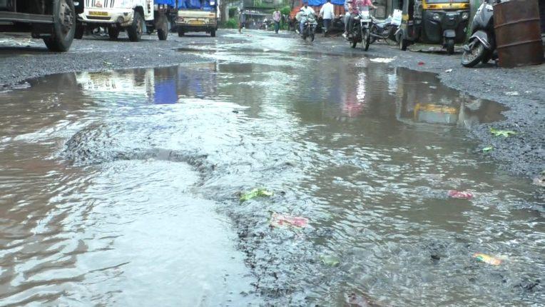 भिवंडीत पावसाच्या पाण्याने रस्त्यानानदीचे स्वरूप