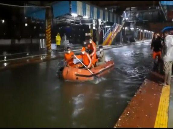 मुबंईत पावसाचा कहर : रेल्वे रुळावर अडकलेल्या  प्रवाशांच्या मदतीला सरसावल्या एनडीआरएफच्या बोटी