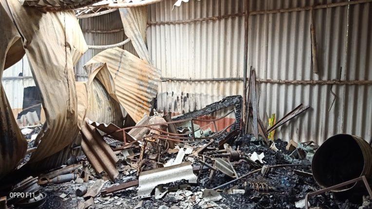 चार दुकाने अचानक लागलेल्या आगीत भस्मसात