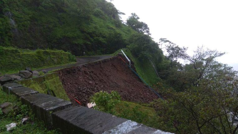 रस्त्याचा संरक्षक कठडा कोसळला, महाड-भोर-पुणे मार्ग वाहतुकीसाठी बंद