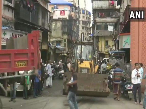 मुंबईतील डोंगरी येथील बहुमजली इमारतीचा भाग कोसळला, ६ नागरिकांना वाचवण्यात यश