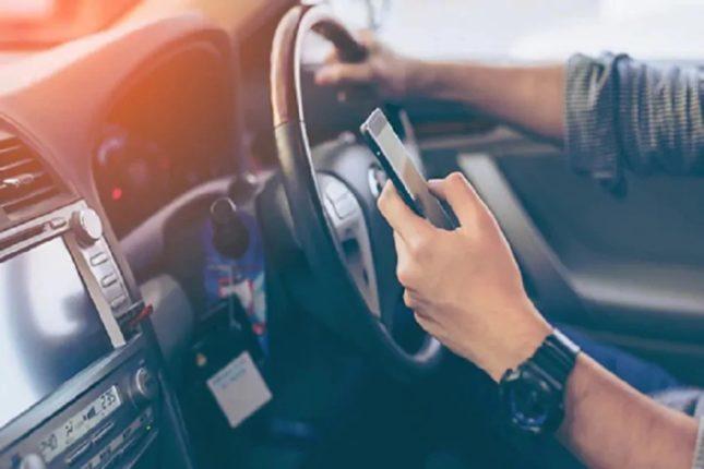 या अटीवर ड्रायव्हिंग करताना वापरू शकता मोबाईल; कोणती ते जाणून घ्या