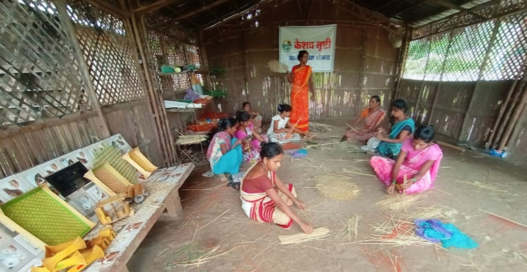 बांबूच्या हस्तकलेतून महिलांनी मिळवला स्वयंरोजगार