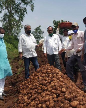 नुकसानग्रस्त शेतकऱ्याना शासनाने तात्काळ मदत करावी