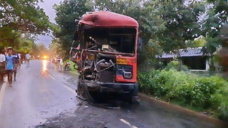 बस आणि कंटेनरचा भीषण अपघात, ११ जण जखमी