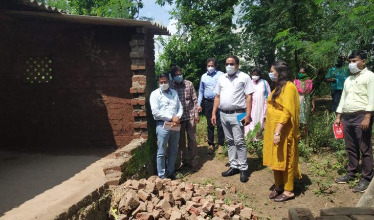 पालघरमध्ये भूकंप झालेल्या भागात जिल्हाधिकाऱ्यांची भेट