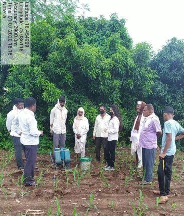 कृषिकन्या अमृता शेगडे हिने शेतकऱ्यांना दिली शेती विषयक प्रात्यक्षिके