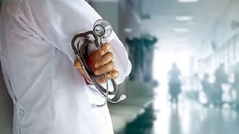 राज्यातील आरोग्य प्रशासनावर प्रचंड ताण ; कोरोना रुग्णांच्या उपचारासाठी झगडतोय वॉकरशिवाय चालताही न येणारा डॉक्टर