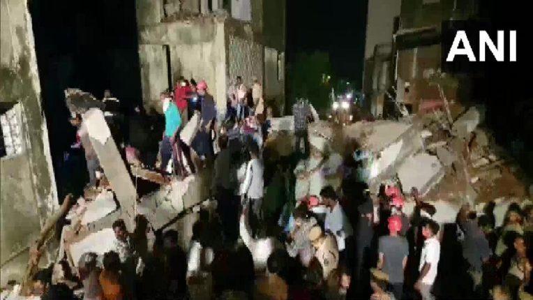 बडोद्यात तीन मजली इमारत पत्यासारखी कोसळली; तीन कामगारांचा मृत्यू